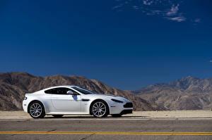 Картинки Aston Martin Горы Дороги Белый Сбоку 2013 V12 Vantage S Авто Природа