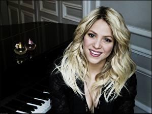 Картинки Шакира Волосы Блондинка Взгляд Улыбка Пианино Девушки Знаменитости