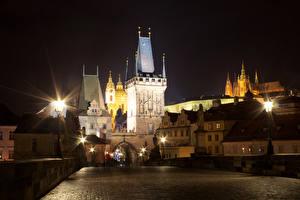Картинка Прага Чехия Мосты Здания Карлов мост Ночью Уличные фонари Башня город
