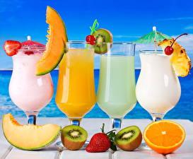 Обои Напитки Коктейль Фрукты Киви Дыни Клубника Апельсин Бокалы Продукты питания