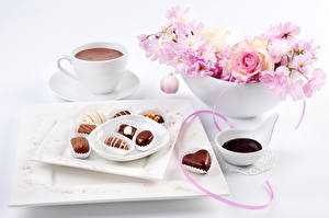 Фотография Натюрморт Напитки Кофе Сладости Конфеты Розы Чашка Еда