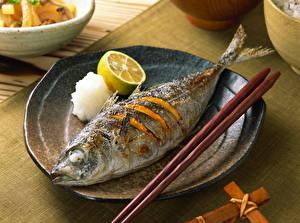 Картинка Морепродукты Рыбы Лимоны Тарелка Еда