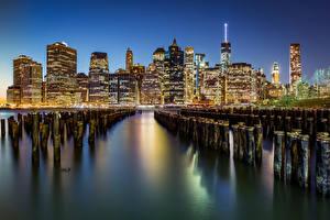 Картинка США Небоскребы Речка Здания Нью-Йорк Ночь Города