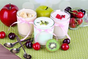 Обои Напитки Коктейль Яблоки Черешня Киви Стакана Ложка Продукты питания
