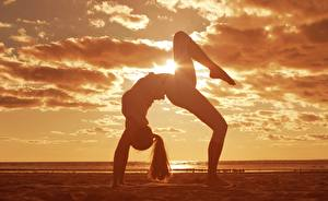 Картинка Гимнастика Небо Песок Облако Растяжка упражнение Спорт Девушки