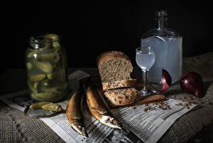 Картинка Натюрморт Хлеб Рыба Огурцы Лук репчатый Бутылки Рюмки Банка Еда