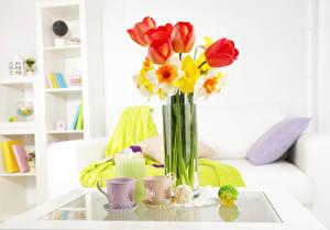 Фото Натюрморт Тюльпаны Нарциссы Вазы Чашка Цветы