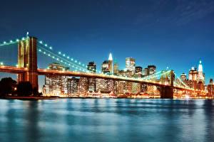 Обои для рабочего стола США Речка Мосты Небоскребы Нью-Йорк Ночь Гирлянда Города