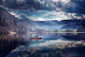 Обои Гора Озеро Небо Лодки Пейзаж Облачно Природа