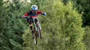 Картинка Мужчины Велосипеде Шлема Прыгать