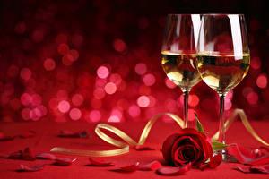 Фотография Напитки Шампанское Розы Бокалы Красный Лепестки Продукты питания Цветы