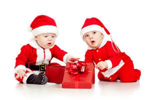 Картинка Праздники Новый год Младенец Двое Униформа Подарок Шапки ребёнок