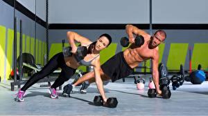 Картинка Мужчины Фитнес Вдвоем Гантели Тренировка Спорт Девушки