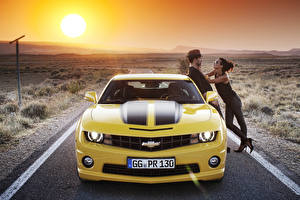 Фото Дороги Мужчины Фары Двое Шляпа Спереди Солнце Автомобили