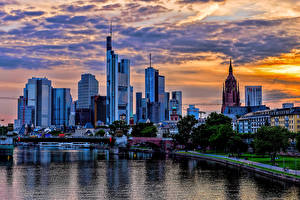 Картинка Германия Небоскребы Речка Небо Франкфурт-на-Майне Ночные