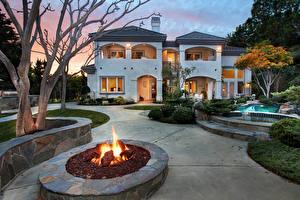 Картинка Америка Дома Пламя Калифорнии Особняк Плавательный бассейн Газоне Ночь San Juan Capistrano Города