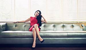 Картинка Selena Gomez Диван Платье Брюнеток Ног Жалюзи девушка Знаменитости