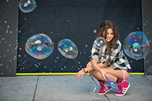 Обои Selena Gomez Кроссовки Шатенка Рубашка Ног девушка Знаменитости