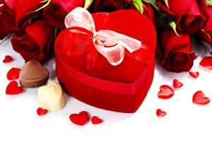 Фотографии Розы Праздники Конфеты Красная Подарок Сердечко Бантик цветок