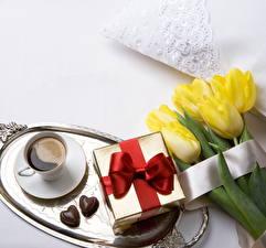 Фотография Тюльпан Кофе Конфеты Подарки Бантик Чашка Пища Цветы