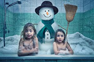 Обои Девочки 2 Ванная Снеговики Spring preparation Смешные