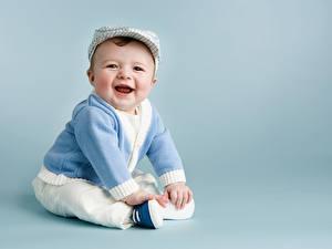 Фото Младенца Мальчики Шапка Свитер Улыбка Смех ребёнок