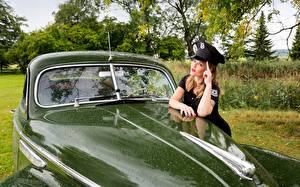 Фото Бьюик Старинные Униформе Полицейская Шляпе Зеленых Автомобили Девушки