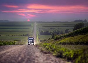Фото Грузовики Дороги Пейзаж Рассветы и закаты Автомобили