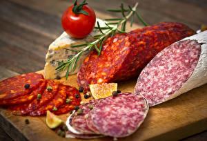 Фотография Мясные продукты Колбаса Томаты Пряности