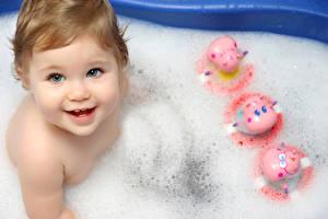 Картинки Младенцы Девочка Ванная Пене Дети
