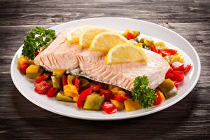 Обои Морепродукты Рыба Овощи Лимоны Тарелка Еда фото