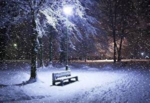 Фото Зима Парк Снегу Ночные Скамейка Уличные фонари Природа Города