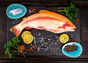 Обои Морепродукты Рыба Специи Лимоны Разделочная доска Еда фото