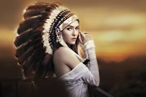 Обои Перья Индейский головной убор Шапки Взгляд Индейцы Девушки