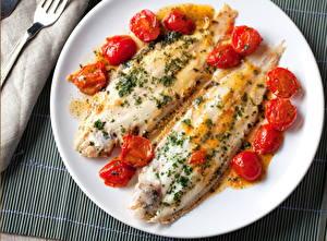 Обои Морепродукты Рыба Помидоры Тарелка Еда фото