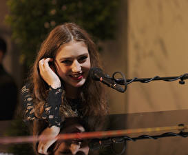 Обои Микрофон Улыбка Волосы Birdy Jasmine van den Bogaerde Знаменитости Девушки Музыка фото