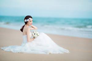 Картинка Азиаты Невеста Пляжи Свадьбе Платье Сидящие Девушки