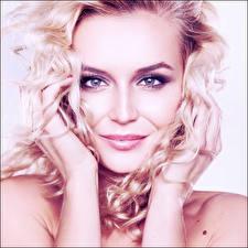 Картинка Полина Гагарина Сергеевна Блондинка Взгляд Улыбка Лицо Волосы Руки Знаменитости Девушки