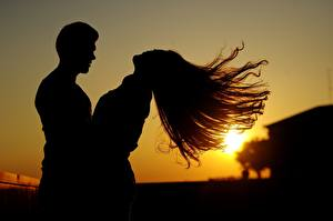 Картинка Рассветы и закаты Мужчины Влюбленные пары Вдвоем Лучи света Волос Силуэты молодая женщина