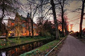 Картинка Замки Нидерланды Рассветы и закаты Дороги Пруд Осень Деревья Crabbehof Города