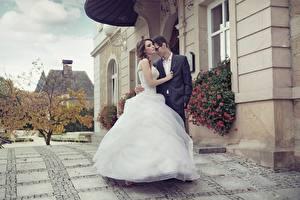 Фото Влюбленные пары Мужчины Здания Платья Невесты Жених Свадьба Девушки