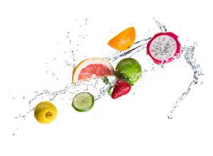 Картинки Воде Лимоны Клубника Фрукты Лайм С брызгами Еда