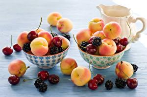 Обои Фрукты Персики Вишня Ежевика Кувшины Продукты питания
