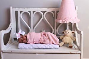 Фотография Игрушка Младенец Скамейка Спит ребёнок