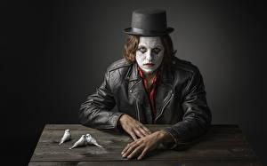 Картинки Мужчины Птицы Руки Взгляд Шляпа Клоун