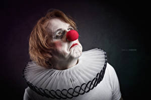 Фото Мужчины Красный Волосы Смотрит Клоун
