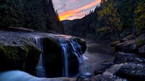 Картинка Водопады Камни Рассветы и закаты Пейзаж Скала Деревья Природа