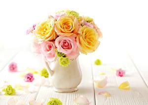 Картинки Розы Букеты Крупным планом Лепестки Ваза Белый фон Цветы