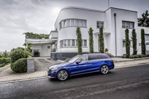 Картинки Мерседес бенц Здания Синие Сбоку Асфальта Универсал 2014 C 250 Avantgarde Estate S205 Автомобили
