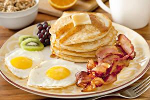 Обои Блины Киви Крупным планом Мясные продукты Бекон Яичницы Тарелка Пища